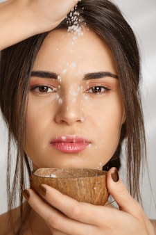 Zbliżenie piękna kobiety dolewania soli pętaczka