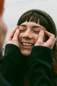 Zbliżenie piękna uśmiechnięta kobieta