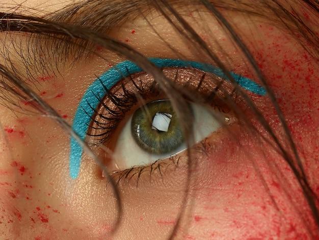 Zbliżenie pięknej kobiecej twarzy z doskonałej skóry i jasny makijaż
