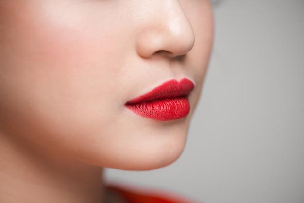Zbliżenie pięknych doskonałych czerwonych ust. selektywne skupienie.