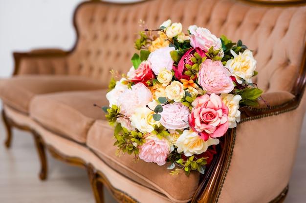 Zbliżenie pięknych letnich kwiatów na vintage kanapie