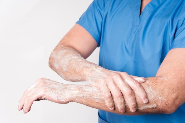 Zbliżenie pielęgniarki dezynfekujące ręce