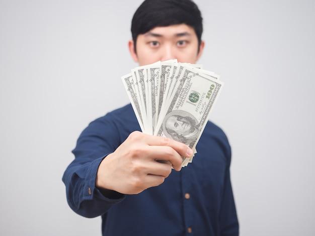 Zbliżenie pieniądze w ręce człowieka na białym tle, biznesmen pokaż pieniądze w ręku dostać pojęcie wynagrodzenia