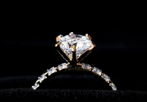 Zbliżenie pierścionek z brylantem