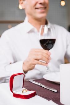 Zbliżenie pierścionek zaręczynowy na stole