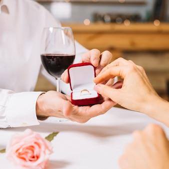 Zbliżenie pierścionek zaręczynowy