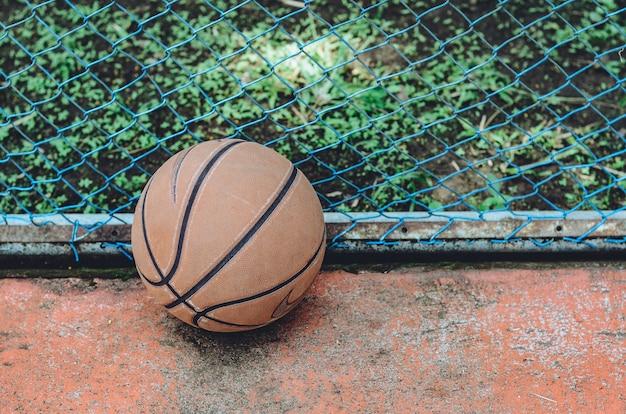 Zbliżenie piłki do koszykówki, pusty obszar z miejscem na kopię na wiadomość tekstową lub treść