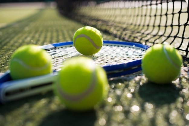 Zbliżenie piłki tenisowe na rakietę