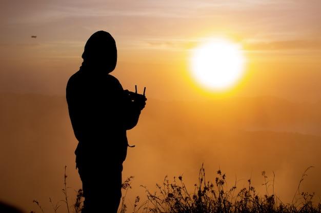 Zbliżenie. pilot drona o świcie na wulkanie batur. bali, indonezja