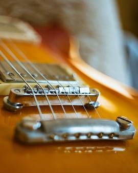Zbliżenie pionowe strzał brązowej gitary elektronicznej