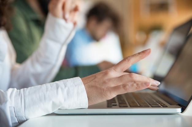 Zbliżenie pisać na klawiaturze żeńska ręka