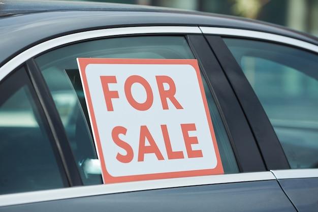Zbliżenie plakatu na sprzedaż na oknie samochodu