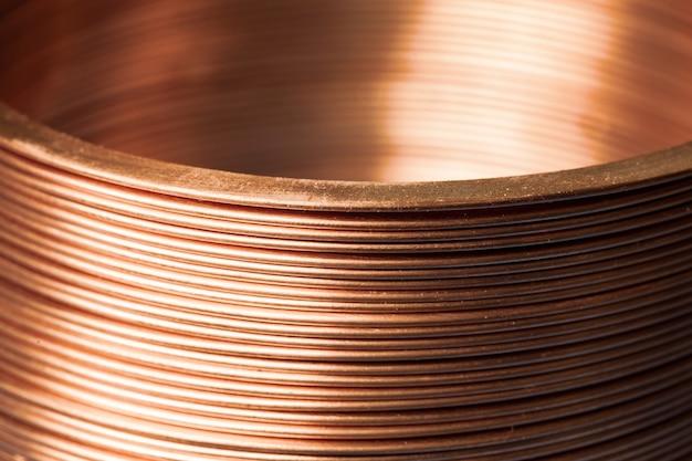 Zbliżenie płaski skręcony miedziany drut w fabryce do produkcji komponentów do elektronicznego sprzętu gospodarstwa domowego i sprzętu biurowego. koncepcja produkcji elektroniki przemysłowej. przestrzeń reklamowa
