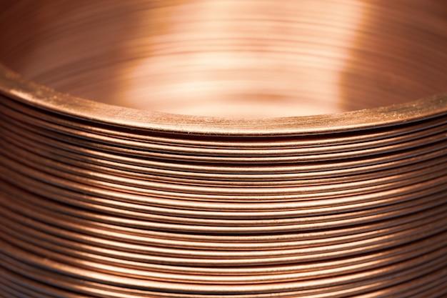 Zbliżenie płaski skręcony miedziany drut w fabryce do produkcji komponentów do elektronicznego sprzętu gospodarstwa domowego i sprzętu biurowego. koncepcja produkcji elektroniki przemysłowej.