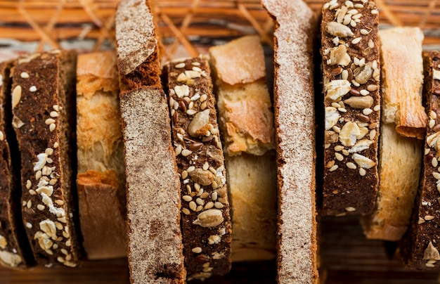 Zbliżenie plastry świeżego chleba widok z góry