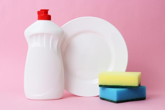 Zbliżenie płynu do mycia naczyń na kolorowym tle
