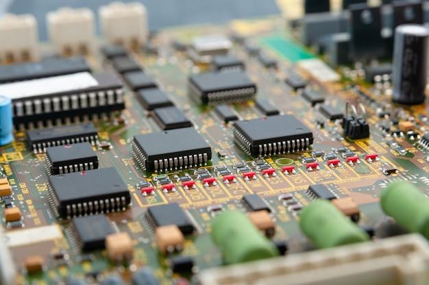 Zbliżenie płytki drukowanej z obwodami elektronicznymi z mikrochipami
