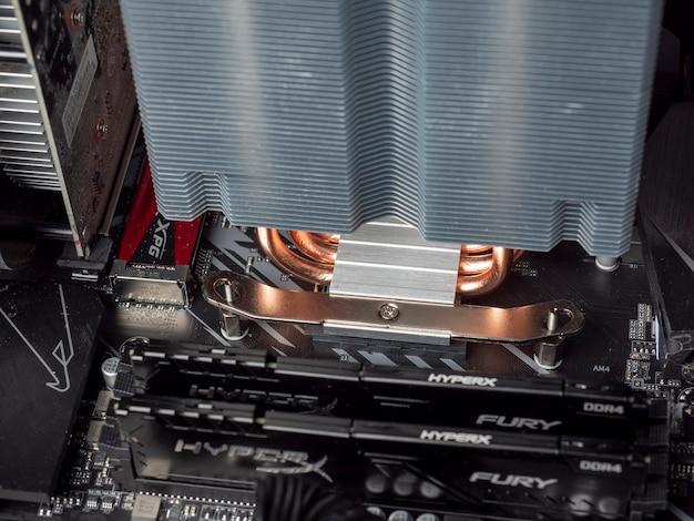 Zbliżenie płyty głównej w komputerze z ogromną chłodnicą i pamięcią ram