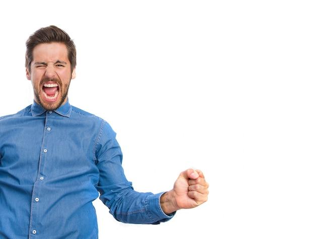 Zbliżenie podekscytowany mężczyzna świętuje triumf
