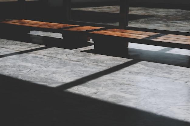 Zbliżenie podłogi z wpadającym światłem