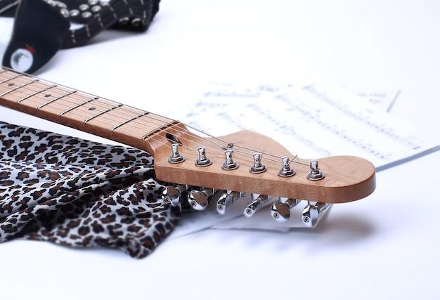 Zbliżenie podstrunnica gitara elektryczna biały na białym tle