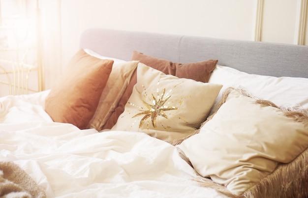 Zbliżenie poduszka na łóżku w sypialni nowoczesne wnętrze. dom w słoneczny dzień