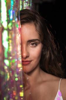 Zbliżenie pół twarzy kobiety o brązowych oczach