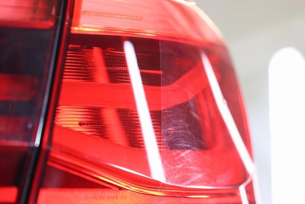 Zbliżenie polerowanego reflektora samochodowego przed i po koncepcji szczegółowości samochodu