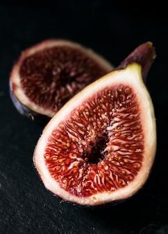 Zbliżenie połówek fig jesienią