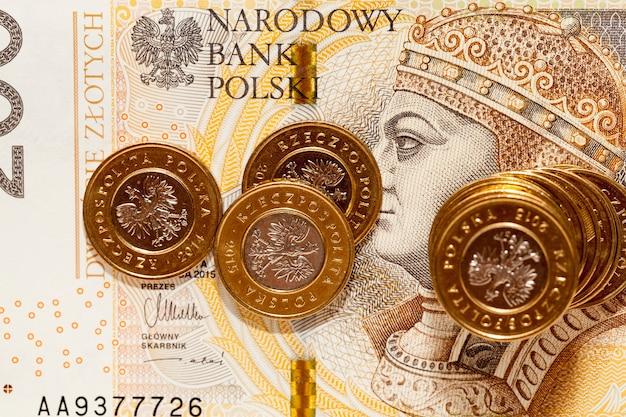 Zbliżenie polskiego banknotu dwustu złotych. na banknocie król zygmunt i stary - awers. na banknocie leżą złote złote