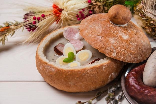 Zbliżenie polskiej zupy wielkanocnej