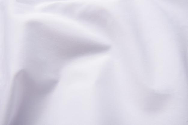 Zbliżenie pomarszczonej białej tkaniny jedwabnej, białej tkaniny tekstura tło