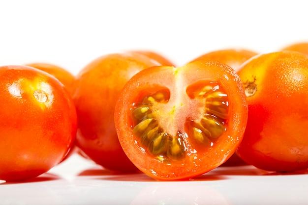 Zbliżenie pomidor wiśnia na białym tle. fotografia makro