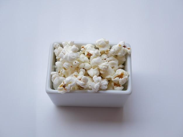 Zbliżenie popcorn na białym tle