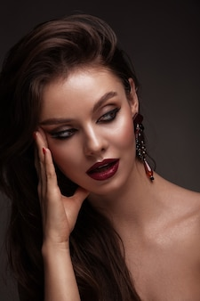 Zbliżenie portrat zmysłowy seksowny dama modelki piękna kobieta z świeży makijaż dzienny