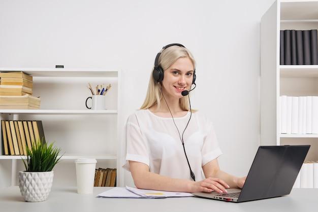 Zbliżenie portret agenta obsługi klienta siedzi w biurze