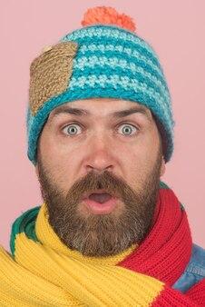 Zbliżenie portret brodatego mężczyzny w kolorowy szalik i kapelusz jesień zima moda rabaty promocje