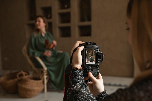 Zbliżenie portret fotografa robienia zdjęć aparatem cyfrowym koncepcja sesji pracy work