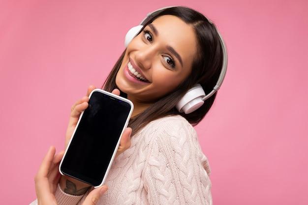 Zbliżenie portret fotografia piękna seksowna szczęśliwa uśmiechnięta młoda kobieta ubrana w stylowy strój dorywczo