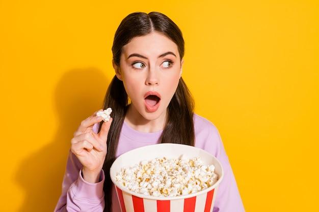 Zbliżenie portret funky zdumiona dziewczyna zabawy jedzenie kukurydzy wygląd strony