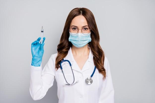 Zbliżenie portret jej ładne atrakcyjne doświadczone faliste włosy doc chirurg fonendoskop stetoskop dokonujący procedury ukłucia na białym tle na szarym tle pastelowych kolorów