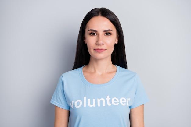 Zbliżenie portret jej ona ładna atrakcyjna urocza urocza zawartość poważna dziewczyna wolontariuszka ocalić planetę ziemię globalną zmianę życia na białym tle na szarym tle pastelowych kolorów