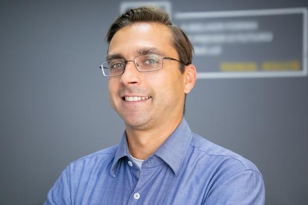 Zbliżenie portret kaukaski szczęśliwy nauczyciel w okularach