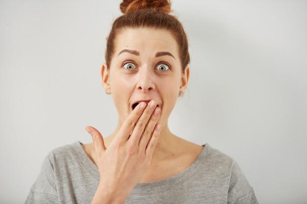 Zbliżenie portret kobiety, patrząc zaskoczony w usta pełne niedowierzania