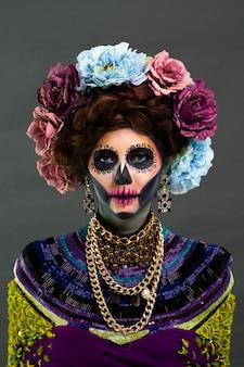 Zbliżenie portret kobiety z cukru czaszki makijaż