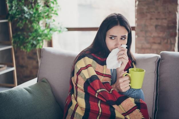 Zbliżenie portret ładnej atrakcyjnej chorej brunetki dziewczyny złego samopoczucia, diagnoza, grypa, wysoka gorączka, picie leków, kuracja lekarska, terapia lekarska w nowoczesnym loftowym ceglanym mieszkaniu przemysłowym