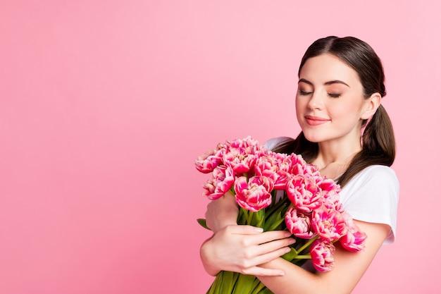 Zbliżenie portret marzycielski dziewczyna trzyma w rękach pęczek festynowych kwiatów pachnących