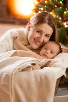 Zbliżenie portret matki i chłopca w urządzonym pokoju na boże narodzenie