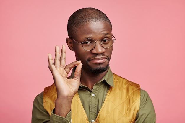 Zbliżenie portret młodego mężczyzny afroamerykańskiego