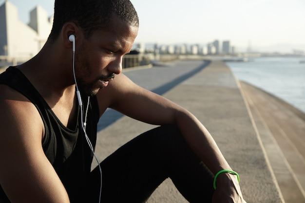 Zbliżenie portret młodego mężczyzny brodaty słuchania muzyki